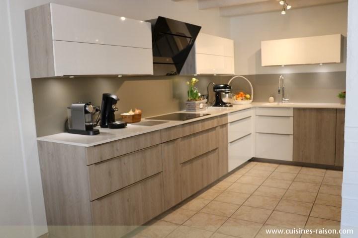 Cuisine en l quartz 20mm clair belmont luthezieu 01 for Amenagement cuisine en l